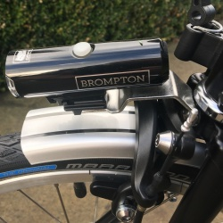 Brompton Cateye Volt 400 front light set - on a black Brompton